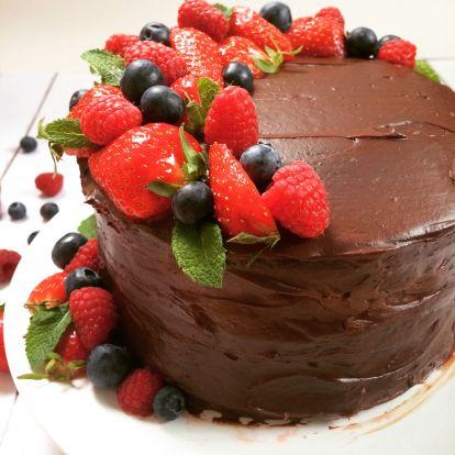 Tripla csokis torta, bogyós gyümikkel