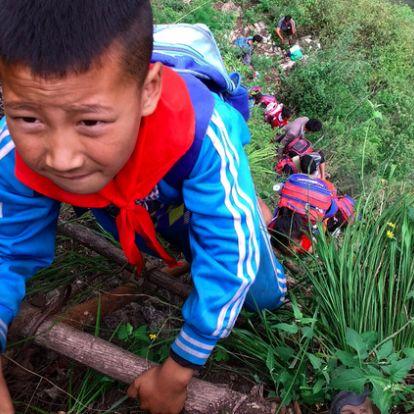 Újságírók is megmászták a 800 méteres sziklát, amin kínai gyerekek jutnak el az iskolába [videó]