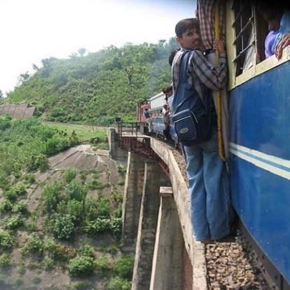 Megdöbbentő videó – így próbáltak meg felszállni a nők a zsúfolt indiai vonatra