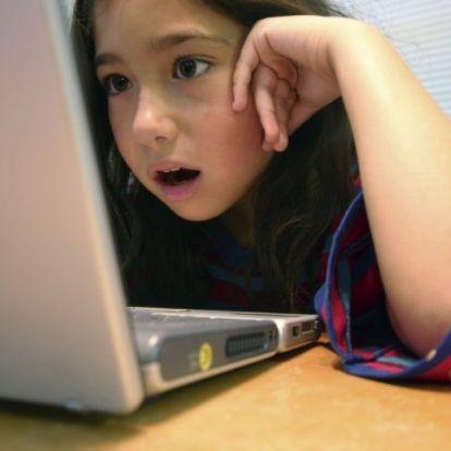 Beperelte a szüleit a gyerekkori Facebook-fotók miatt