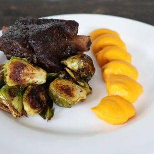 Sült oldalas, a magyar konyha kedvence - Karakteres, pikáns vacsora egy különleges körettel