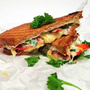 Krémsajtos szendvics paprikával és ropogós baconnel