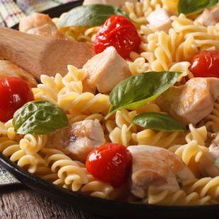 Meleg csirkés tésztasaláta - Könnyed finomság 20 perc alatt
