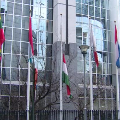 Az Európai Parlament előtt is félárbócon a magyar zászló