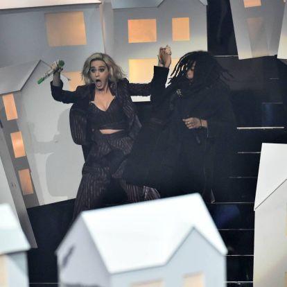 Elképesztően vicces, ahogy Katy Perry Fehér Háznak öltözött táncosa leesik a színpadról