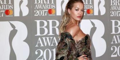 Színkavalkád a vörös szőnyegen: extrémebbnél extrémebb kreációk a londoni BRIT Awards díjátadón