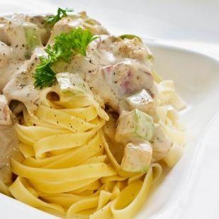 Egy olasznak hitt amerikai: kihagyhatatlan tejszínes-csirkés tészta Alfredo módra