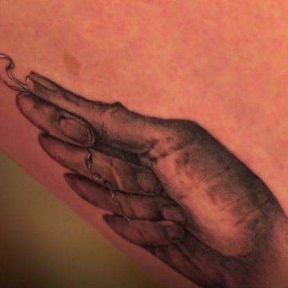 A világ legundorítóbb tetoválását kapta barátnőjétől egy lány