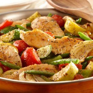 Zöldségekkel sült serpenyős csirke: pofonegyszerű és gyors finomság
