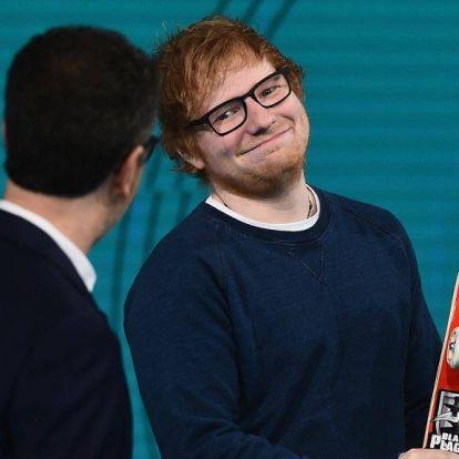 Elég zavarbaejtő, ahogy Ed Sheeran az őt formázó torta előtt térdel