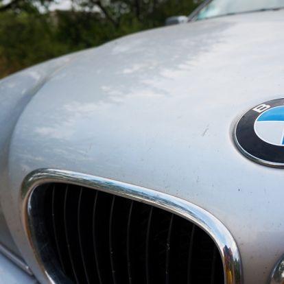 Az M7-es közepén, a belső sávban állt meg pisilni egy BMW-s