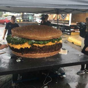 Rekordot döntött a világ legnagyobb hamburgere - Fotók