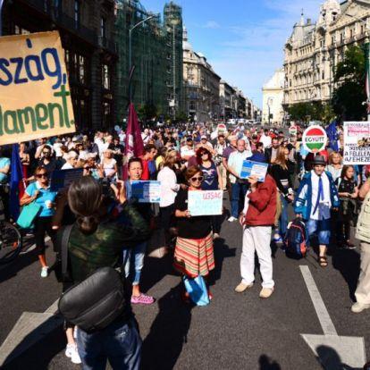 A Szabad sajtó úton tüntet az ellenzék – élő közvetítés