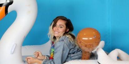 Miley Cyrus levetkőzött, és a képe egyszerűen gyönyörű!