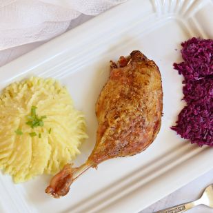 Majoránnás kacsacombok, párolt lila káposztával, kacsazsíros krumplipürével