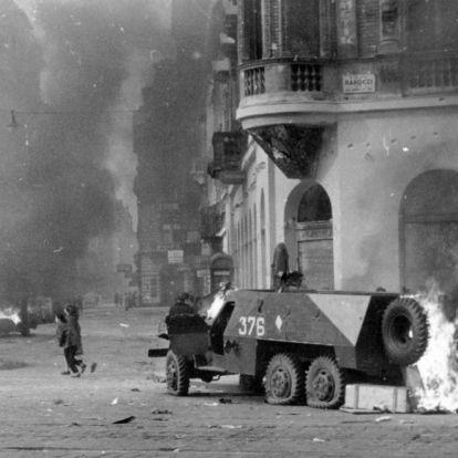 Lángokban álló harckocsik, lerombolt házak - Budapest 1956 októberében