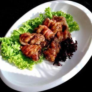 Baconbe göngyölt csirkemájfalatkák – egyszerű, gyors és fenomenális