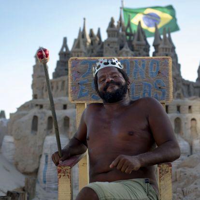Ez a férfi 22 éve él homokvárban a riói tengerparton
