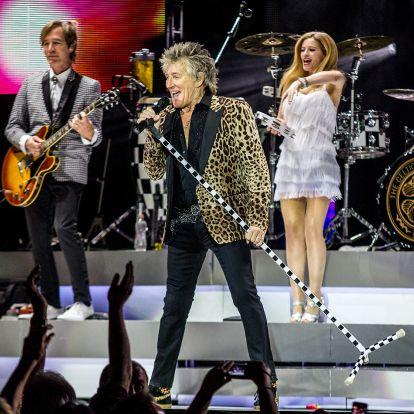 Magyar sálban énekelt Rod Stewart a telt házas Aréna közönségének