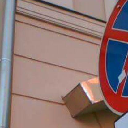 Szegeden olyan KRESZ-tábla-kiegészítés született, hogy a fal adja a másikat