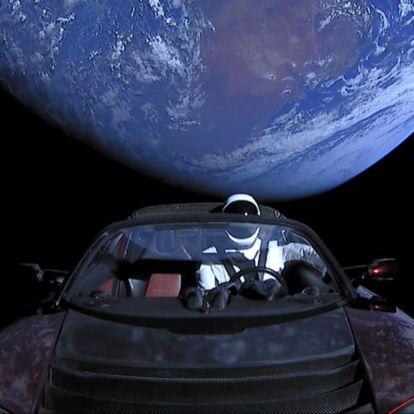 A laposföldesek kiakadtak az űrben lebegő autó miatt
