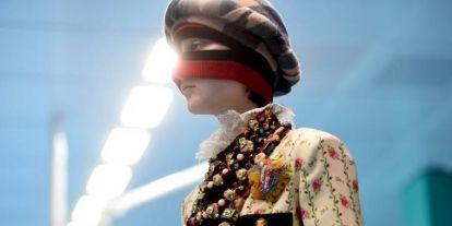 Botrány a Gucci divatbemutatóján: a fehér modellek turbánban vonultak