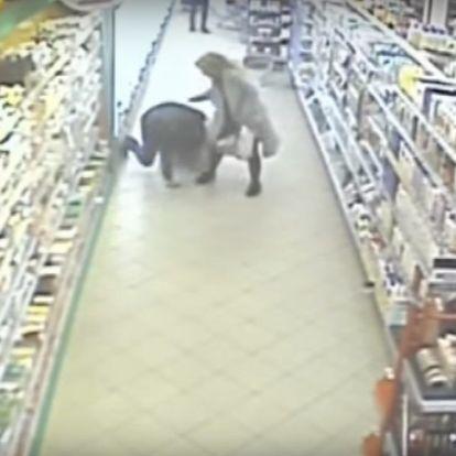Kegyetlenül elbánt élettársával egy férfi egy győri üzletben. A biztonsági őr végignézte, egy nő lépett közbe