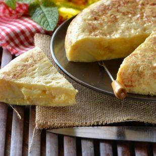 Spanyol tortilla – kiadós krumplis lepény 4 alapanyaggal