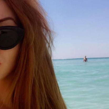 Hoppá: Tolvai Reni édesanyjával strandol a tengerparton
