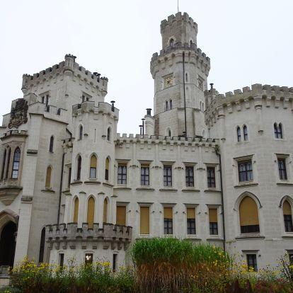 """Különleges """"tudor"""" kastély a Moldva partján - Hluboka"""