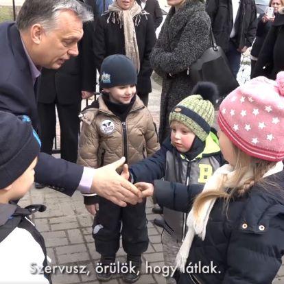 Ovisokkal és iskolásokkal pacsizott Orbán Viktor