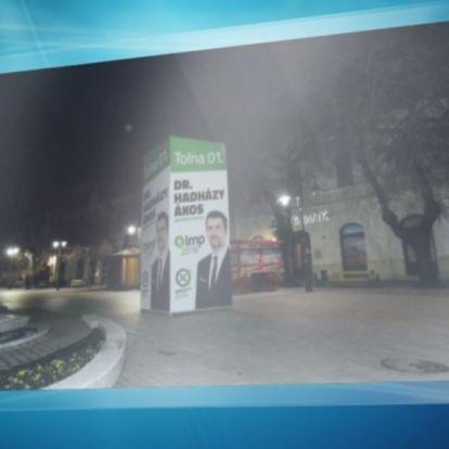 Jogtalanul szedették le Hadházy Ákos plakátjait