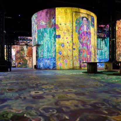Óriási, falra vetített Klimt-képekből nyílt kiállítás Párizsban