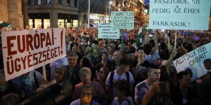 Ellenzéki összefogást sürgettek a fővárosi tüntetés szónokai