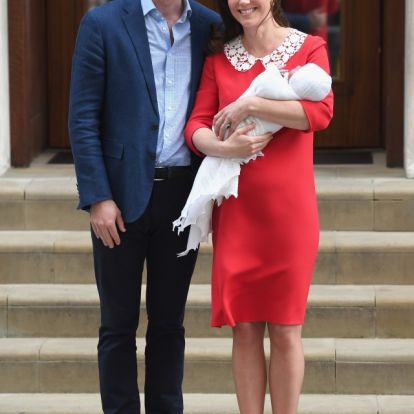Mennyire megható! Ez az oka, hogy Katalin hercegnő piros ruhát viselt, mikor először megmutatta a világnak harmadik gyermekét