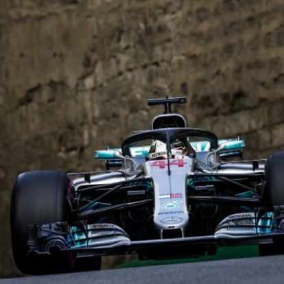 Drámai fordulatok után Lewis Hamilton nyert Bakuban
