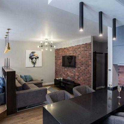 Férfias lakberendezés, jól átgondolt elosztás 47m2-es új, egyszobás lakásban - modern terek, szép fa és meleg árnyalatú tégla