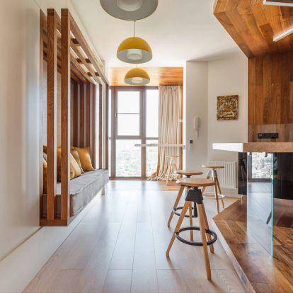 Meleg, természetes fa textúrák, tiszta fehér és könnyű terek kellemes kombinációja egy 56m2-es lakásban - fával körbeölelt konyha
