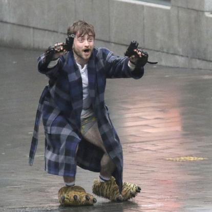 Daniel Radcliffe (ex-Harry Potter) két pisztollyal, tigrisláb-papucsban