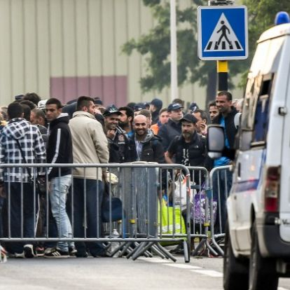 Elküldték a több száz migránst, de ellenálltak