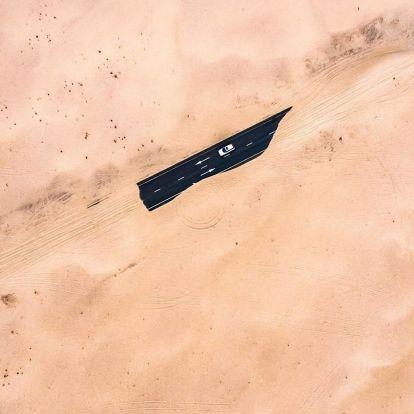 Látványos fotók mutatják meg a sivatag és az emberi infrastruktúra állandó harcát Dubajban