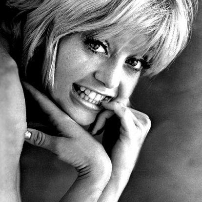 A 72 éves Goldie Hawn fürdőruhában