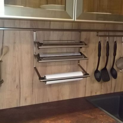 Praktikus megoldás a konyhai kiegészítők tárolására - hátfalra szerelhető sín különböző tartókkal - tipp