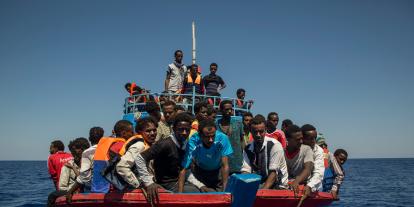 Újabb migránsokkal teli hajó tart Olaszország felé