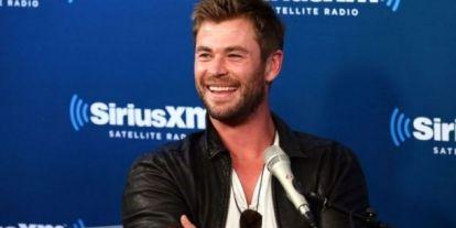 A nap videója: Chris Hemsworth gyerekeivel és kutyájával táncol Miley Cyrus slágerére