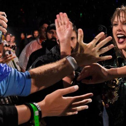 Nagyot esett a színpadon Taylor Swift