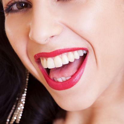 Tisztább és világosabb fogak, otthoni trükkökkel: így tüntesd el az elszíneződéseket