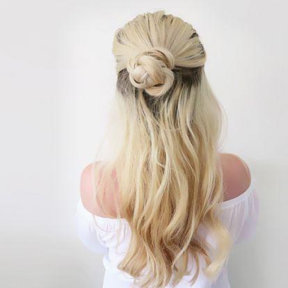 Villámgyors fonott konty sietős reggelekre: romantikus, nyári frizura