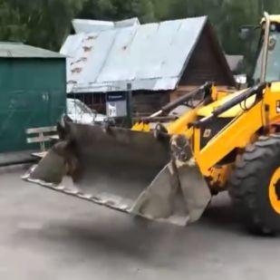 Összekaptak a szomszédok Oroszországban, aztán előkerült egy markoló