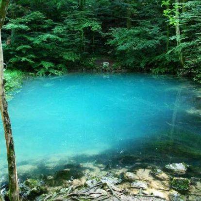 Évszakonként változtatja a színét ez a gyönyörű és különleges tó!